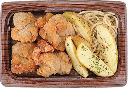 コンビニで買える人気おつまみ「鶏唐揚げとポテト(にんにく醤油仕立て)」