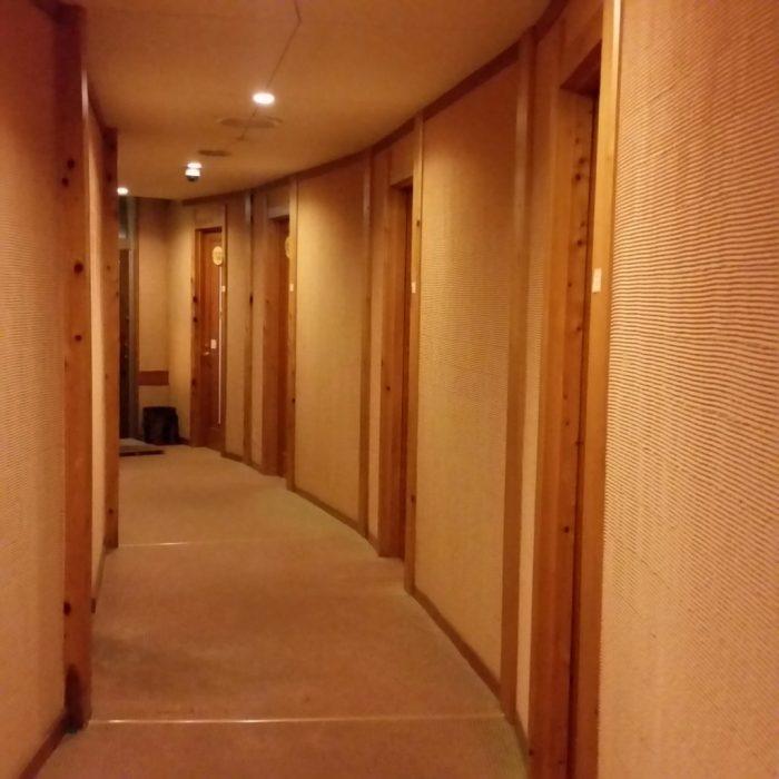 高山わんわんパラダイスホテルの温泉棟の廊下