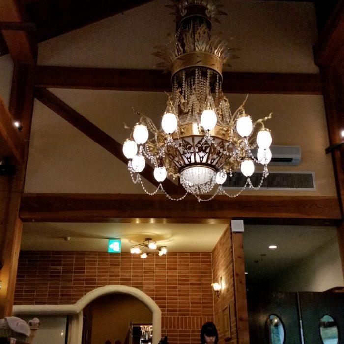 高山わんわんパラダイスホテルのレストランのシャンデリア