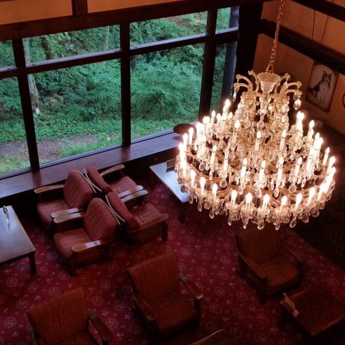 高山わんわんパラダイスホテルのロビーを二階から