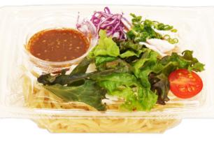 ファミリーマートで買える夜食人気ランキング「蒸し鶏のこんにゃく麺サラダ」