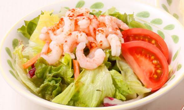 サイゼリアのお食事人気メニューの小エビのサラダ