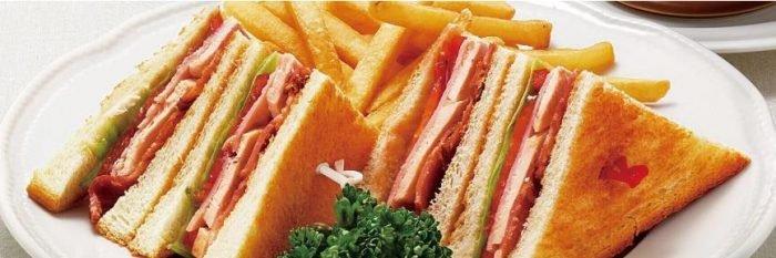 ロイヤルホストの食べ物人気メニューのハムとチキンのクラブハウスサンド
